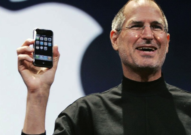 Steve-Jobs-holding-original-iPhone