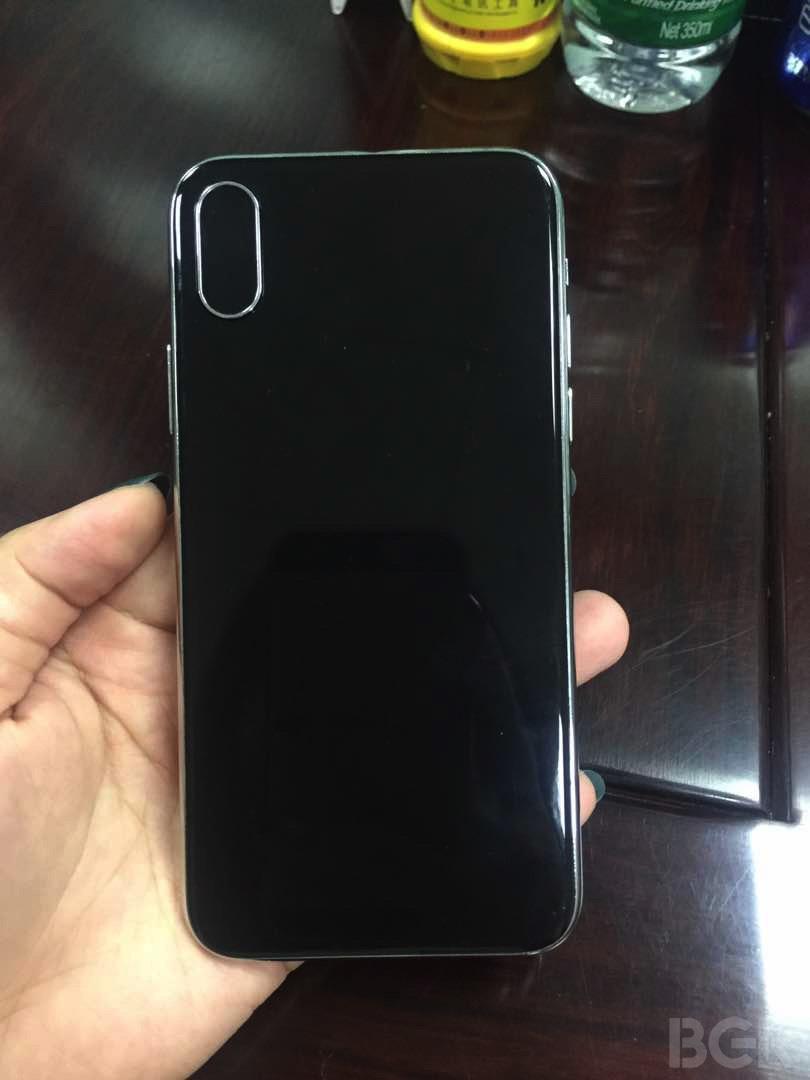 ... w ostatnim czasie najczęściej słyszymy na temat nowego iPhone a  ekran  wypełnia cały przedni panel 0871690beda