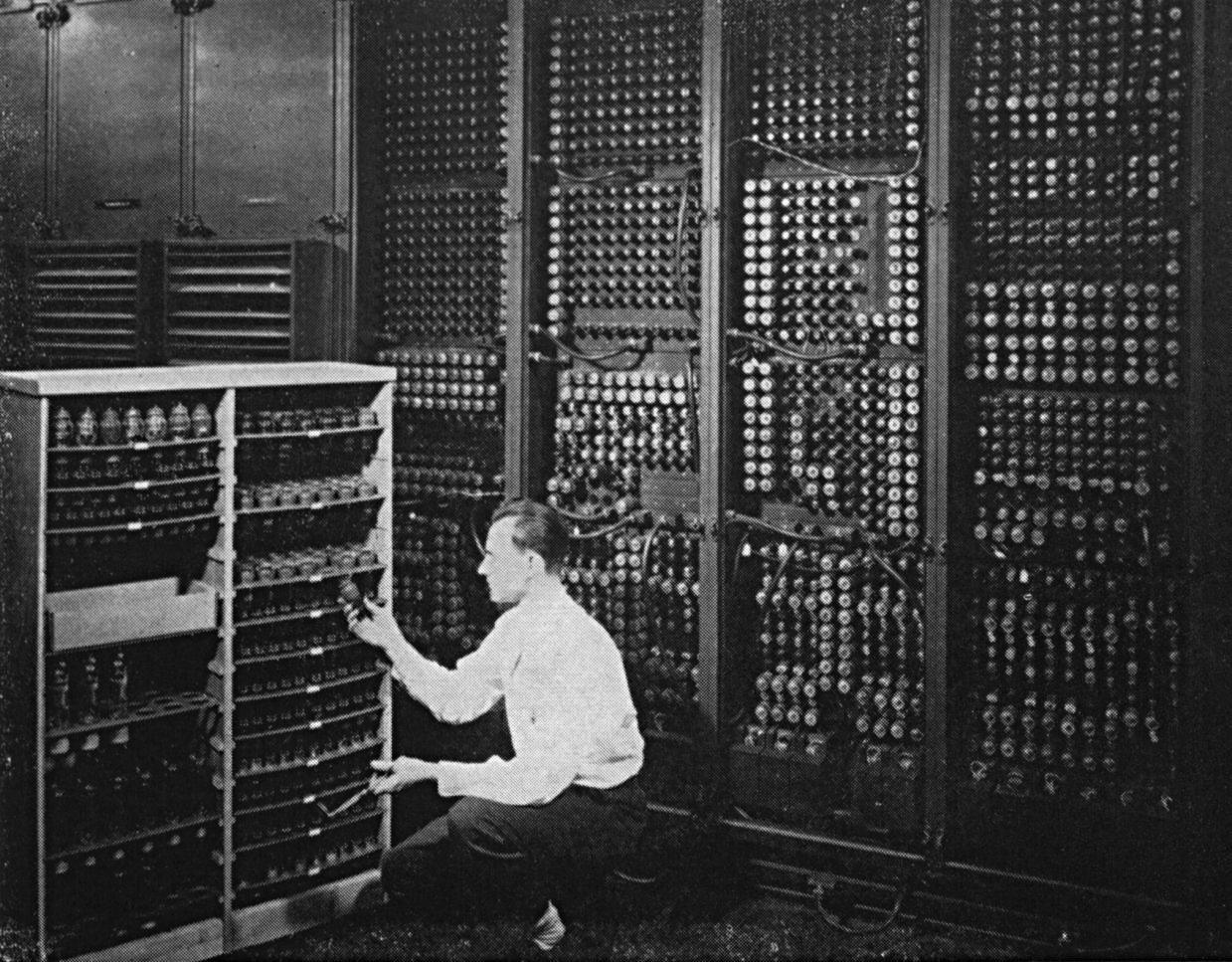 eniac-changing_a_tube